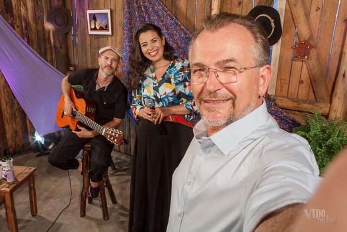 #SelfieDoGringo com Tatiéli Bueno, acompanhada do seu produtor e violonista Lázaro Nascimento (Foto: Marcelo Ferreira/ICPJ)