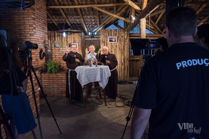 Gravação da Mensagem Franciscana com os freis Gastão e Albano (Foto: Tiago Giannichini/ICPJ)