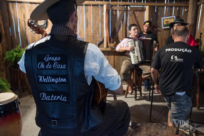 Durante os preparativos para a gravação com o grupo Oh de Casa  (Foto: Tiago Giannichini/ICPJ)