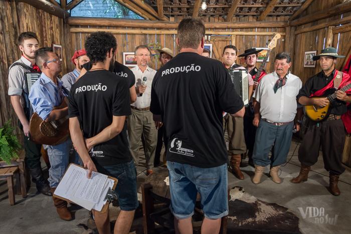 Produção do programa junto do grupo Oh de Casa e da Renata Bairros para gravação da chamada do programa (Foto: Tiago Giannichini/ICPJ)