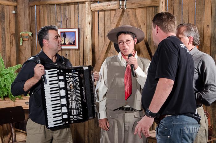 Convidados e Gringo conversando com o diretor do Vida no Sul (Foto: Tiago Giannichini/ICPJ)