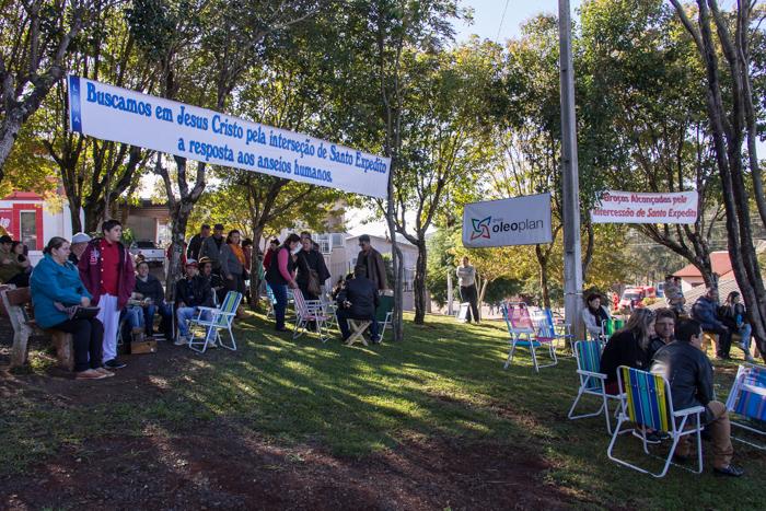 A praça da cidade reuniu os fiéis (Foto: Marcelo ferreira/ICPJ)