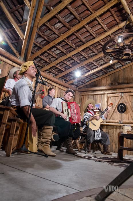 """Gravando com Fábio Duzac """"O Cardeal Missioneiro"""" e grupo Karaguattá (Foto: Tiago Giannichini/ICPJ)"""